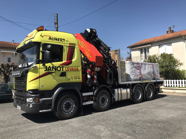Transport exceptionnel assist par un camion grue dans for Piscine semi enterree 6x4