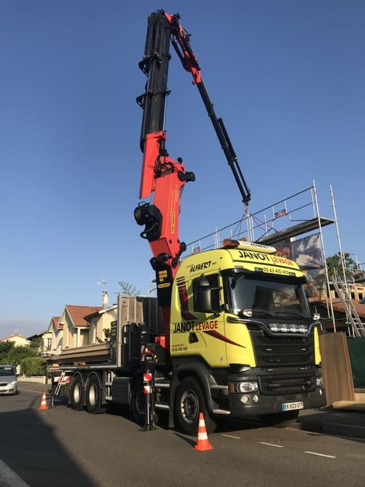 Manutention avec camion grue à Toulouse