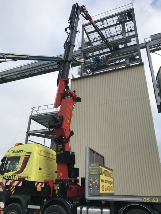 Manutention avec camion grue